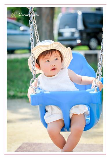家族写真 1才の誕生日記念 ロケーション撮影 バースデーフォト 女の子 服装はドレス スタジオとは違う! 自宅と公園で出張撮影