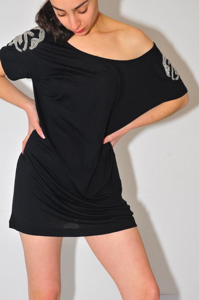 Vestido negro con hombreras