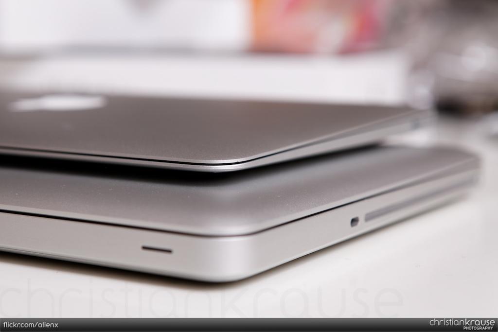 macbook air 11 2010 unboxing air 11 vs macbook pro 13. Black Bedroom Furniture Sets. Home Design Ideas