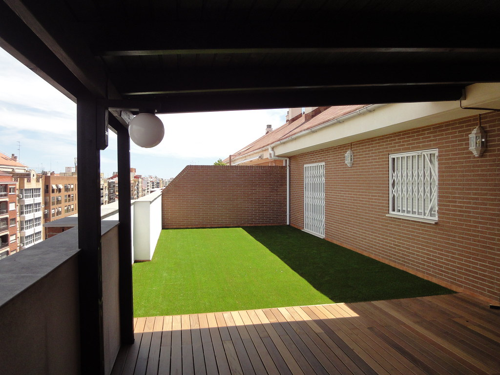 Decoraci n de terraza con p rgola tarima y cesped artific for Comedores exteriores para terrazas