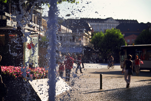 Fountain, Drops and People | by kirberich