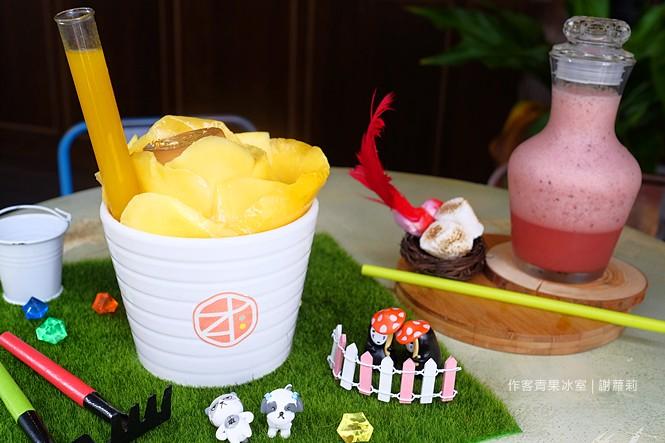 35598499005 355c14b369 b - 《台中♥食記》作客青果冰室。宛如走進韓劇場景,超間冰店真的好美呀!芒果冰 草莓冰 一邊品嚐創意冰品還可以一邊玩玩具呦!/ 台中冰店