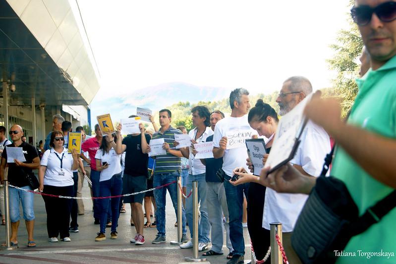 Представители трансферных компаний перед выходом из аэропорта