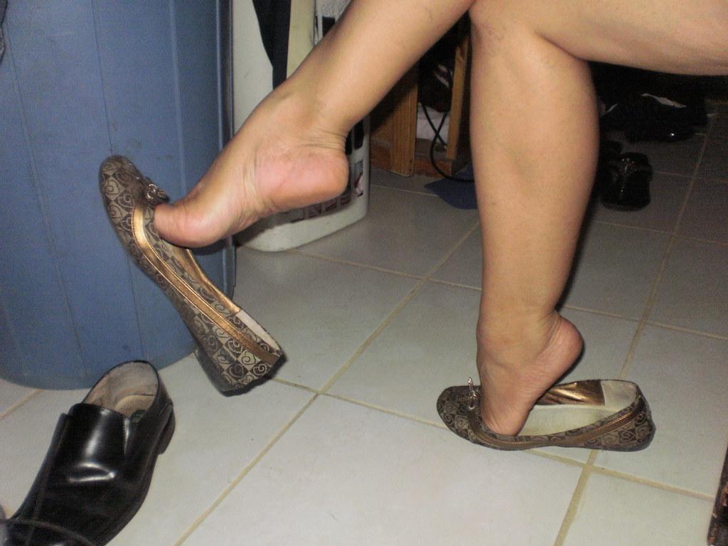 image Candid heels shoeplay in nylons au bureau 1