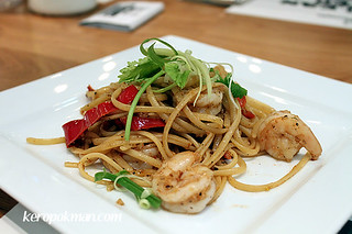 Garlic Prawns with Coriander Linguine | by keropokman