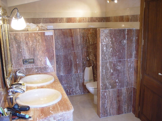 Ba o de m rmol ba o de m rmol travertino rojo y lavabo de - Banos de marmol ...