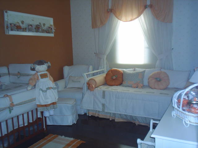 Quarto de bebe menina com detalhes na cortina laranja..Ate ...