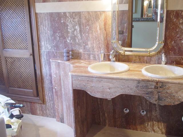Ba o de m rmol travertino rojo y lavabo de m rmol marfil for Marmol travertino para banos