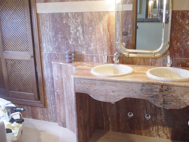 Ba o de m rmol travertino rojo y lavabo de m rmol marfil for Banos con marmol travertino
