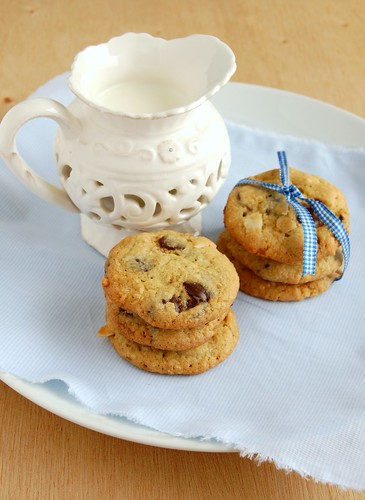 Chocolate chip coconut cookies / Cookies com gotas de chocolate e coco | by Patricia Scarpin