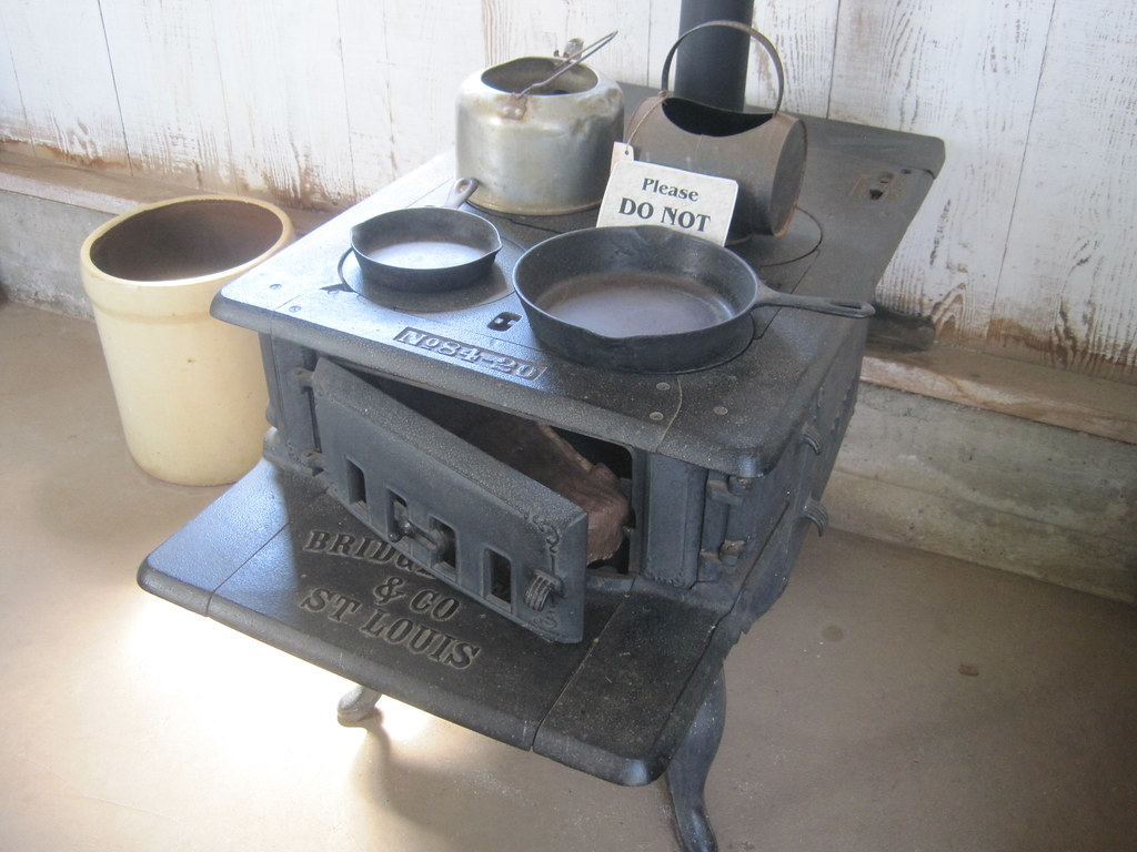 Old cast-iron wood stove in Portuguese house | Old cast-iron… | Flickr