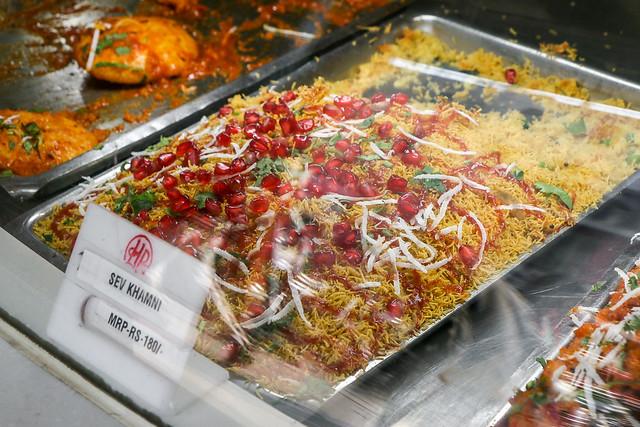 Indian foods in Old Delhi, India オールド・デリー ザクロが乗ったインド料理