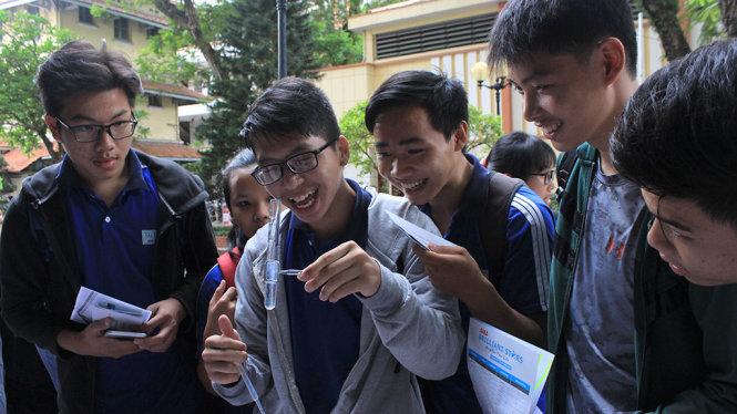 Học sinh thích thú trải nghiệm các thí nghiệm hóa học tại Ngày hội Khoa học mở - Ảnh: PHƯƠNG NGUYỄN