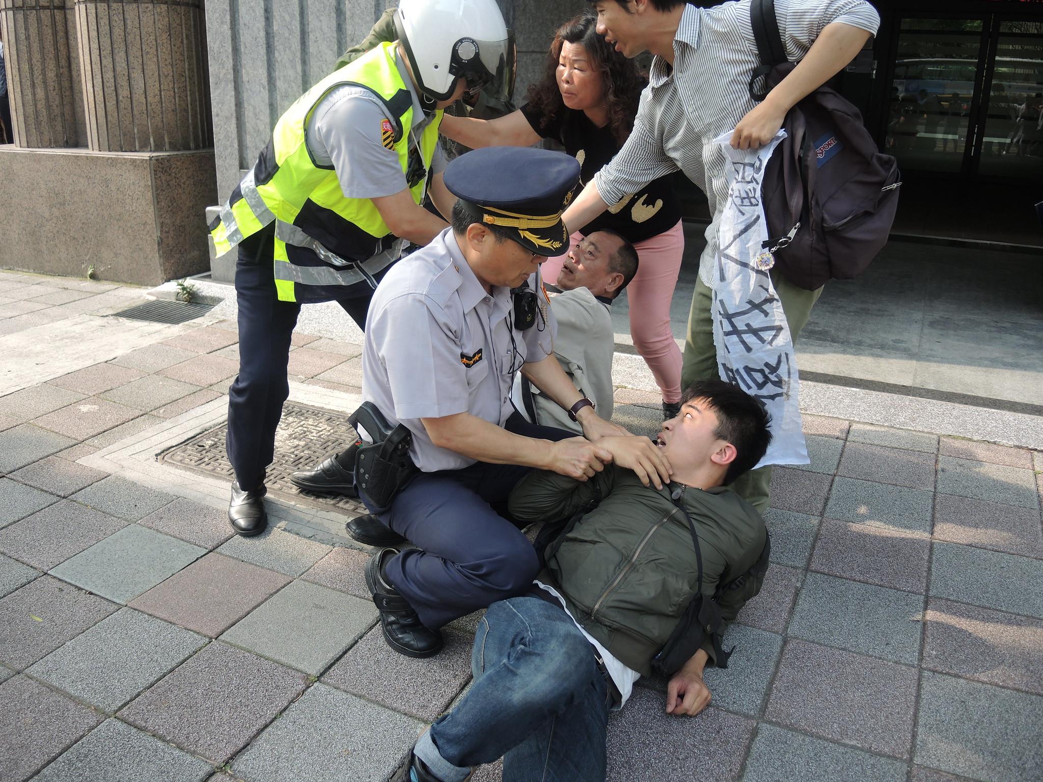 警方隨即上前阻擋並將聲援者壓制在地。(攝影:曾福全)