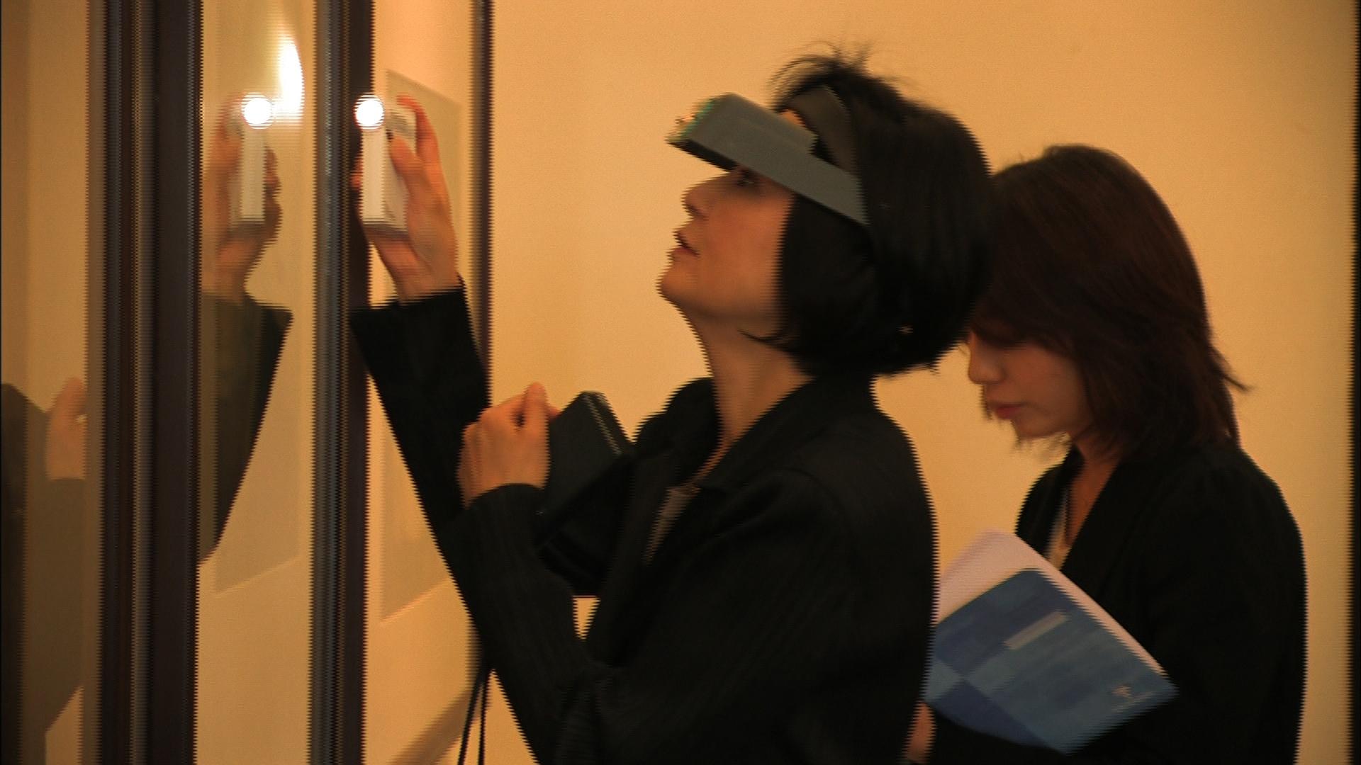 国立美術館の展示室で念入りに調査する岩井希久子さん(2009年、中村さん撮影)