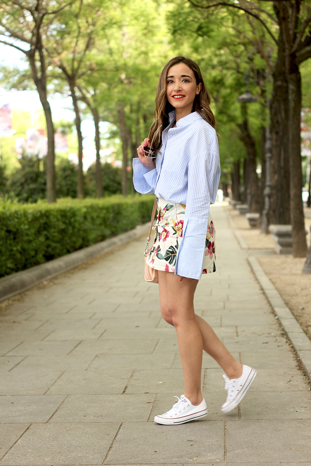 Floral print shorts striped shirt converse summer style fashion02