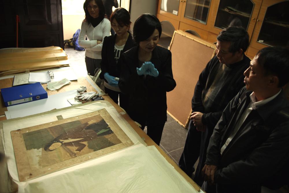 調査は国立美術館の収蔵庫でも行われた(2009年、中村さん撮影)