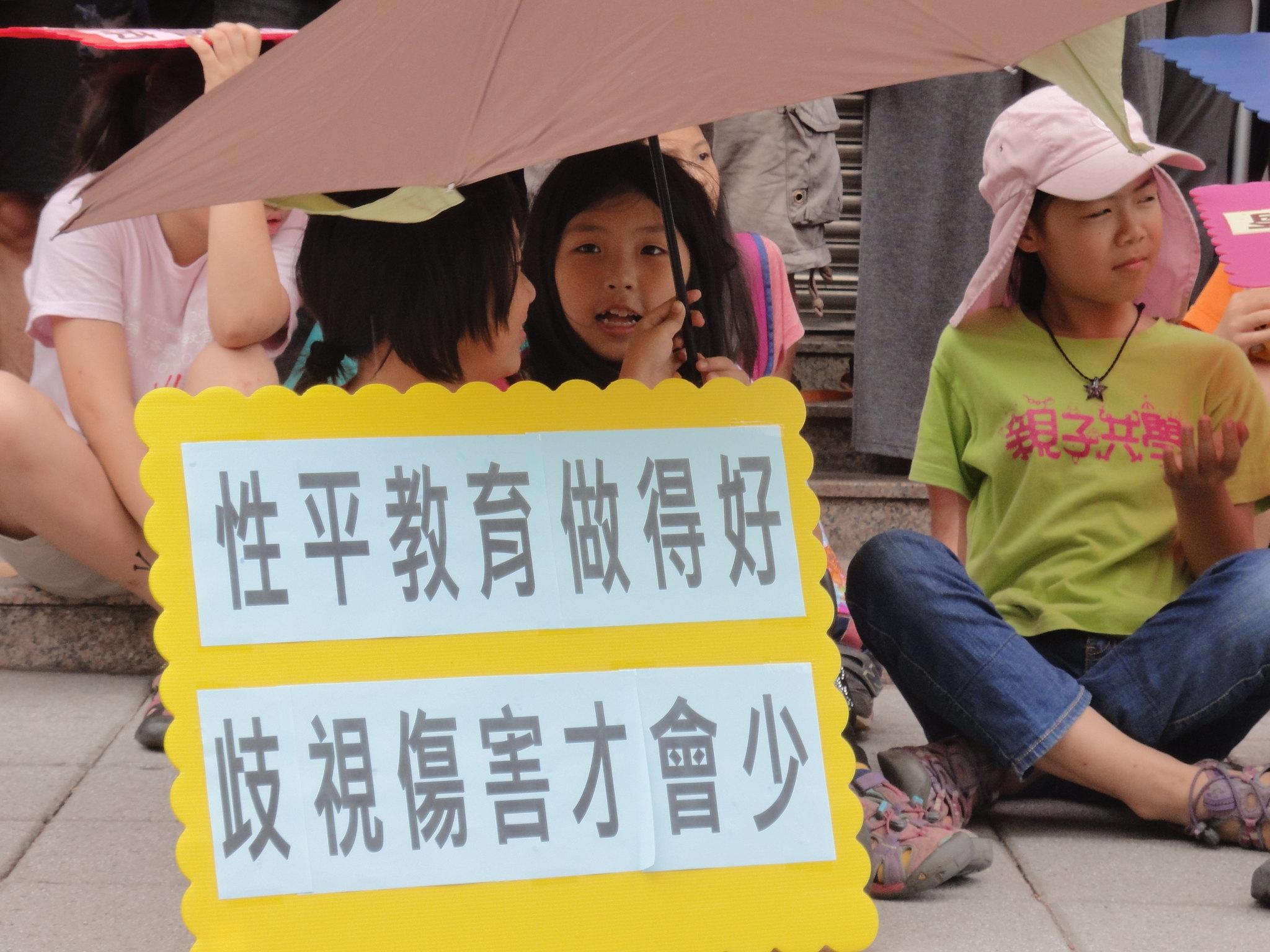 性別團體這方有許多家長帶自己的孩子來參與活動。(攝影:張智琦)