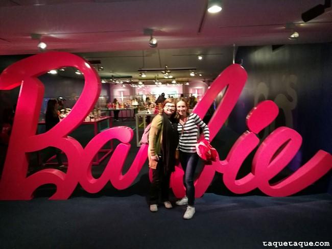 Mi amiga Lucía y yo en la entrada de la Exposición