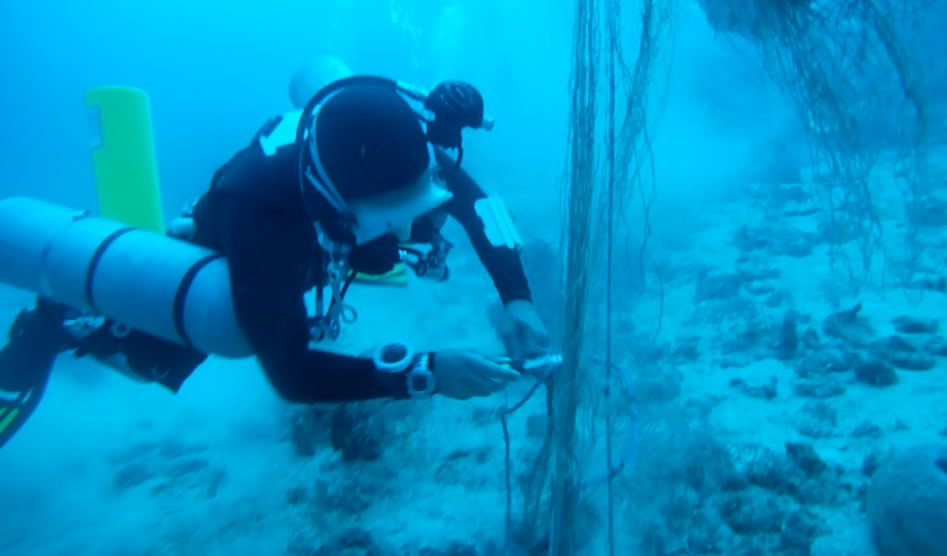 utila-dive-centre-sidemount-diver-cutting-net