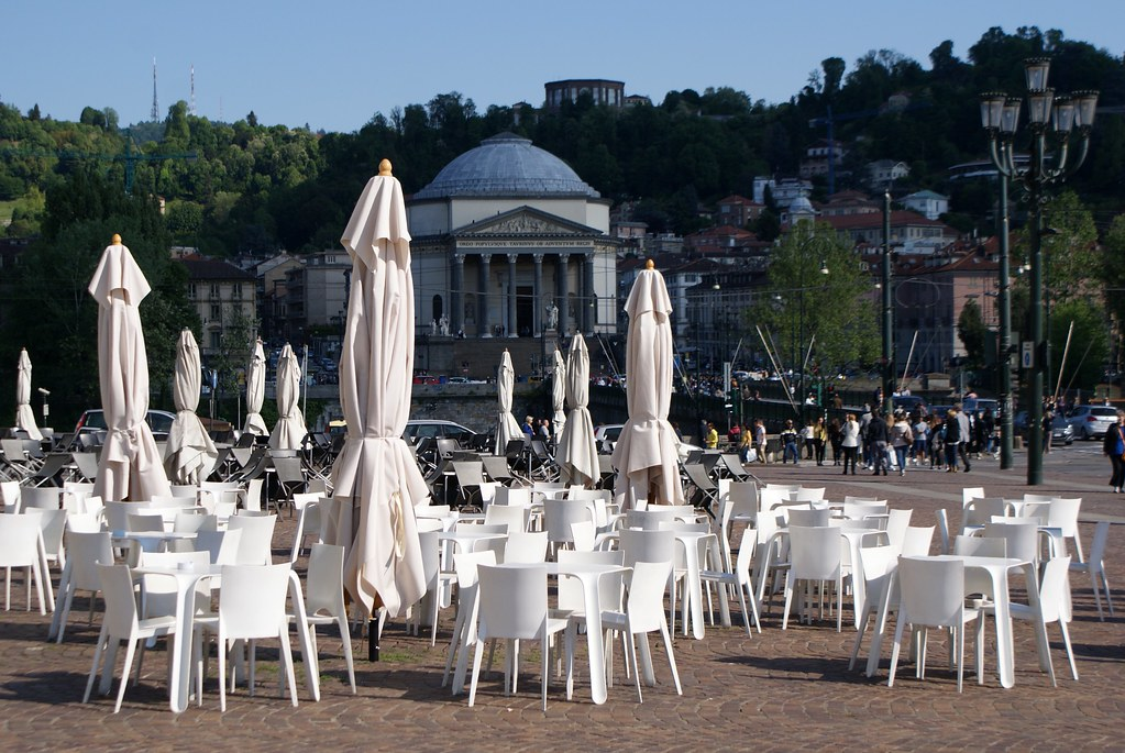 La Piazza Veneto ouvre sur les quais Murazzi à Turin avec les collines du sud de la ville.