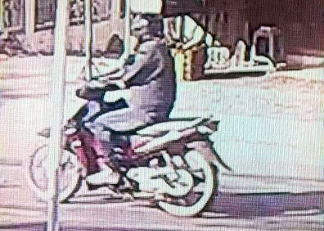 Hình ảnh được cho là thủ phạm gây ra vụ cướp ngân hàng trên đường tẩu thoát vào ngày 26-4, được camera an ninh của người dân ghi nhận