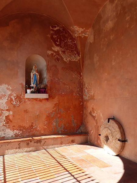 les murs ocres de l'église de Gairaut