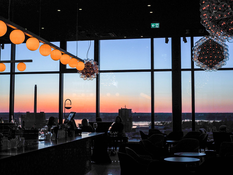 SunsetSkyRoomHelsinkiSkyBarP5015724.jpg, auringonlasku, sunset, helsinki, finland, sky bar, sky room, hotel clarion helsinki, lights, valot, värit, colors, beautiful sunset, photograph, kattobaari, drinks, drinkit,