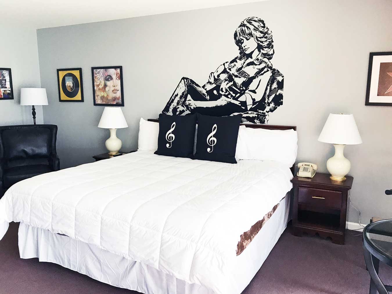 Dolly Parton Themed Room At Don Hall's Guesthouse in Fort Wayne, Indiana - What a fun place to stay! // The Weekend Getaway You've Overlooked: Visit Fort Wayne, Indiana [via Wading in Big Shoes] // Located equidistantly from Chicago, Cincinnati, and Detroit, Fort Wayne, Indiana is a fun midwest destination that captures a perfect blend of city, nature, and local flavors! See what I experienced on my trip to Fort Wayne and learn what makes Indiana's second-largest city the perfect spot for a weekend getaway.