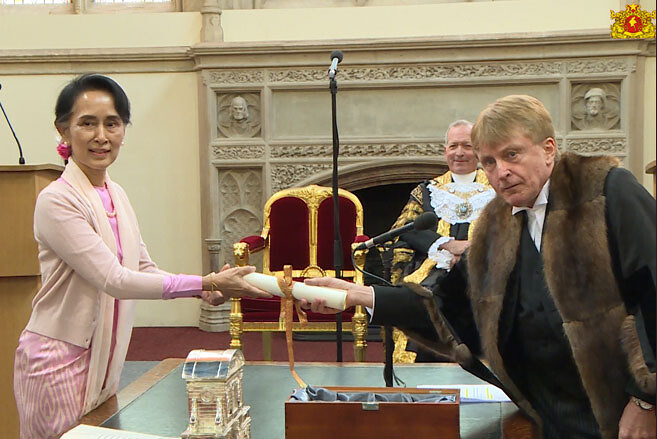 Aung San Suu Kyi, menerima penghargaan Freedom of the City Kota London.