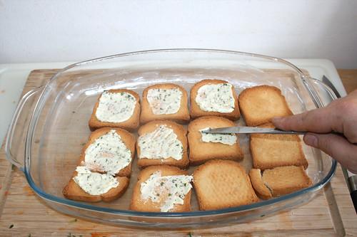 11 - Zwieback mit Kräuterbutter bestreichen / Spread herb butter on zwieback