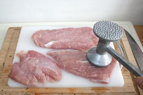 09 - Putenschnitzel flach klopfen & würzen / Flatten turkey escalopes & season