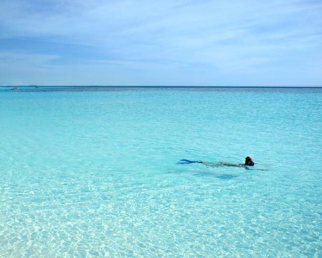 No es una piscina, son las aguas color azul eléctrico de playa Sirena, en Cuba