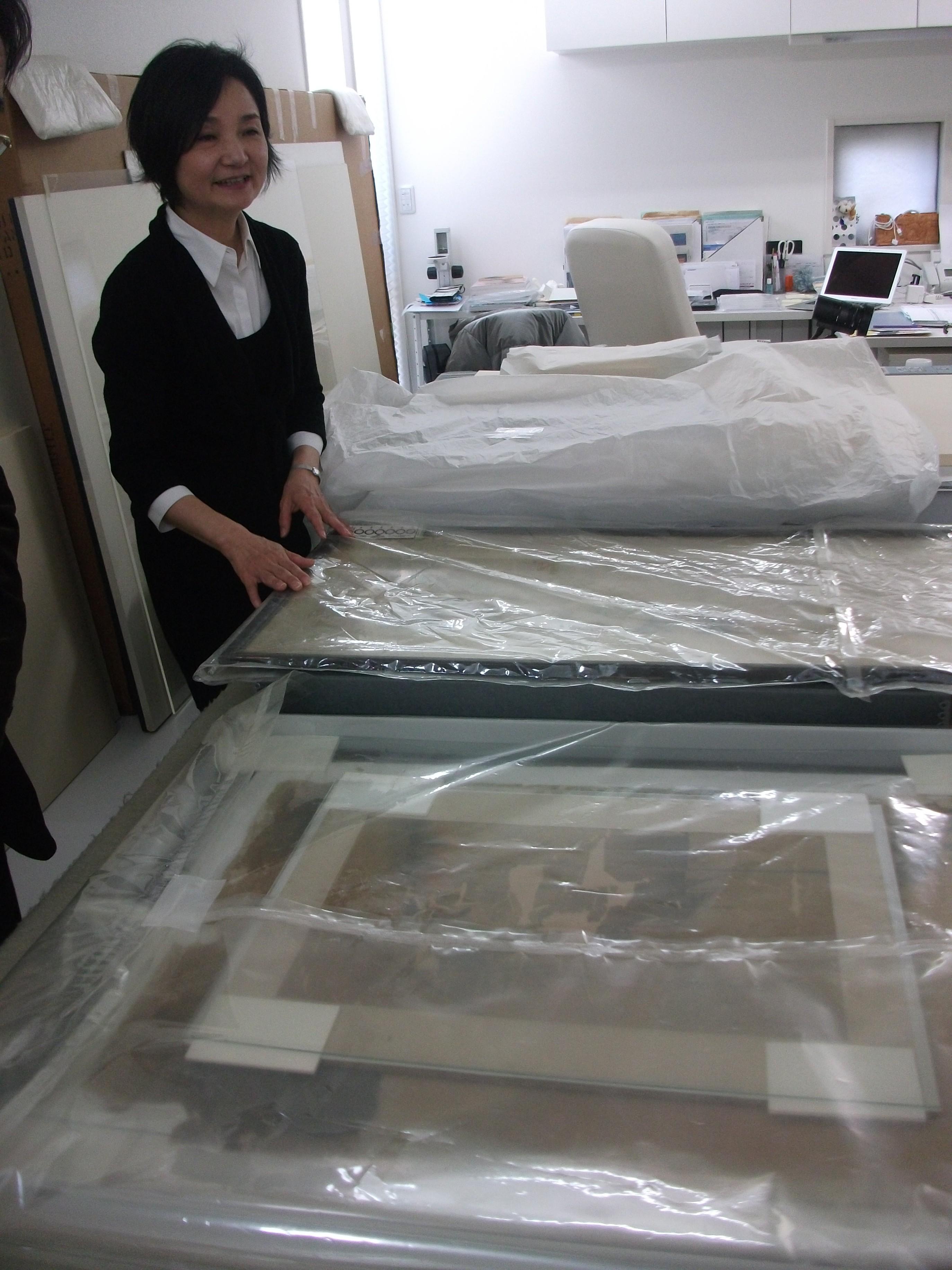佐倉のIWAI保存修復研究所に持ち込まれたベトナム絹絵(2011年、筆者撮影)