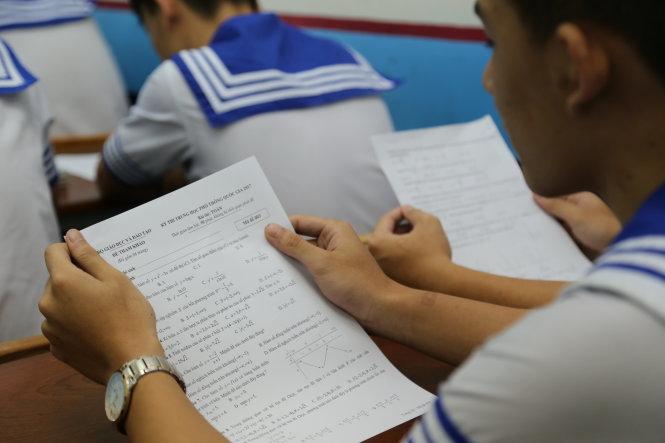 Học sinh lớp 12 trường THPT Nhân Việt quận Tân Phú đang xem đề thi thử THPT Quốc Gia năm 2017 được trường in phát cho học sinh sau khi Bộ GD-ĐT công bố chiều 14/5 - Ảnh: Như Hùng