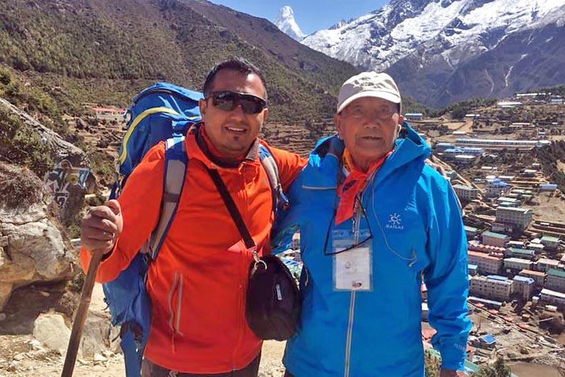 O Min Bahadur Sherchan (δεξιά) με τον Shiva Bahadur Sapkota στο Namche τον Απρίλιο | Photo: THT