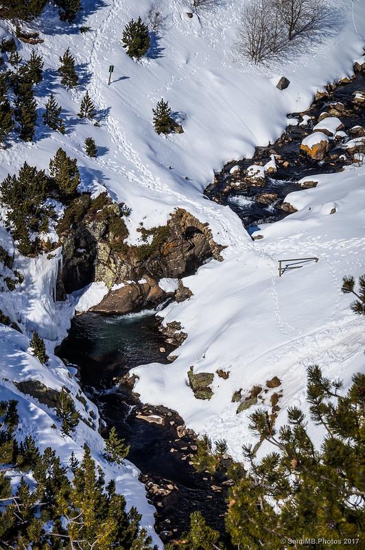 Ríu de Núria en invierno al pie de la presa del lago