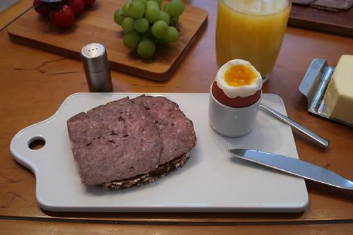 Hackbraten (halb Rind halb Kalb) vom Frecklinghof auf Haferbrot vom Wieruper Hof zum Frühstücksei