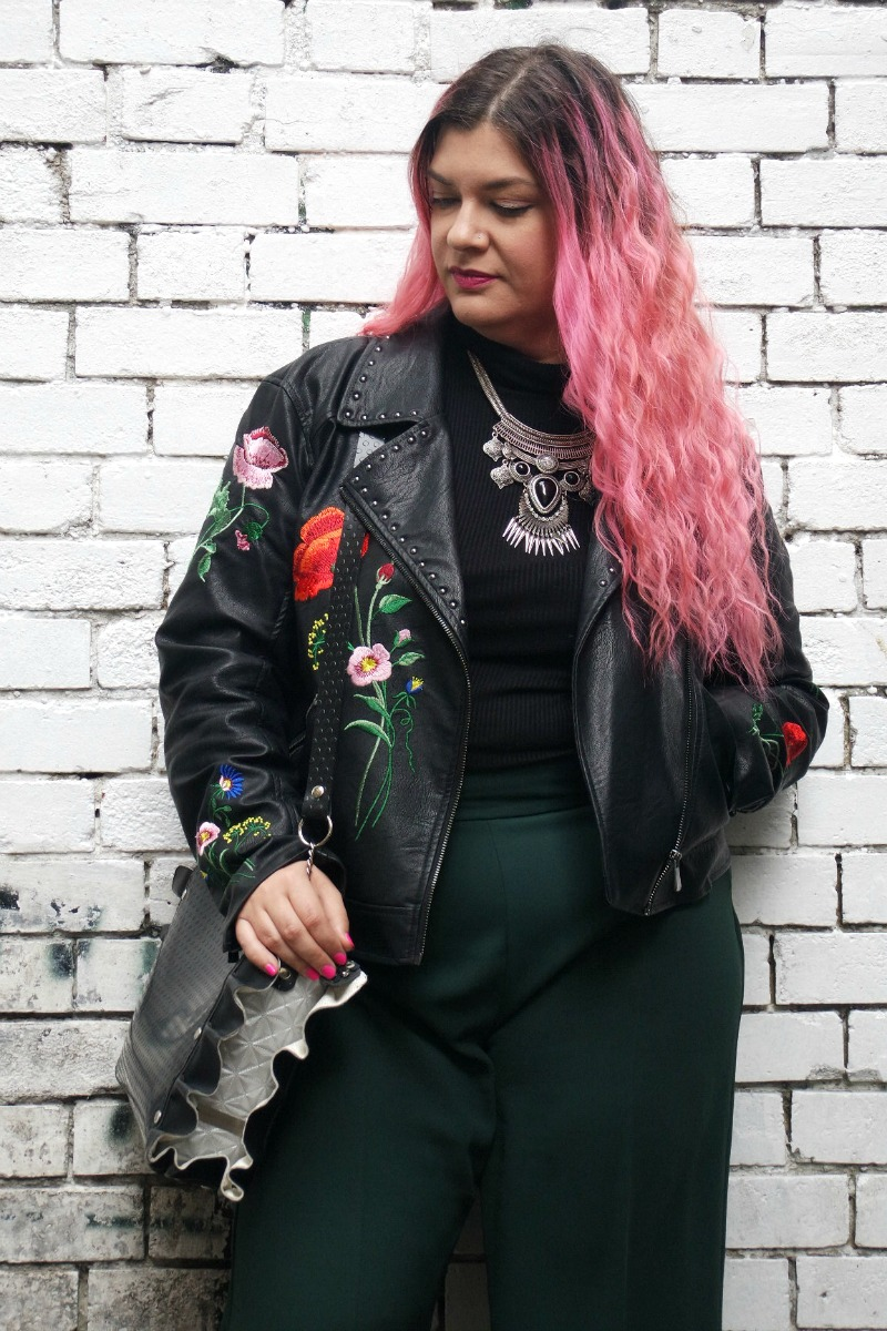 outfit culotte verdi e giacca ricamata