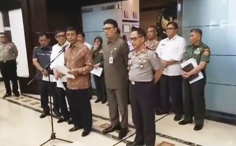 Pengumuman pembubaran HTI oleh Menteri Koordinator bidang Politik, Hukum dan Keamanan Wiranto (baju batik cokelat) di kantornya, Jl Medan Merdeka Barat, Senin (8/5/2017).