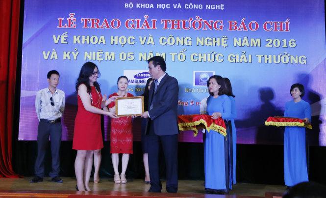 Phóng viên Thanh Hà, báo Tuổi trẻ nhận giải thưởng