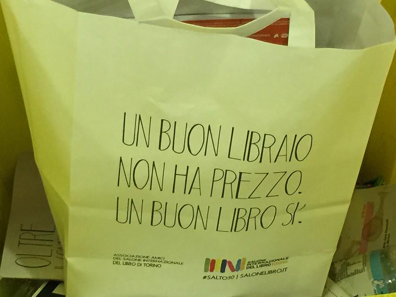 Alcool, chantier, livres-lampes : les stands insolites du salon du livre de Turin