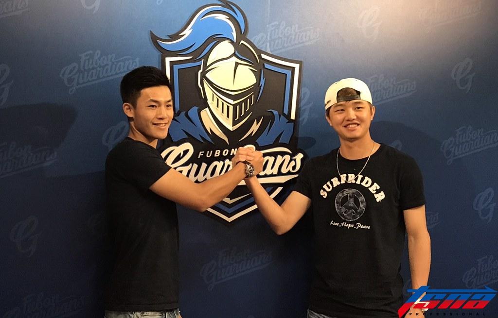 富邦悍將李宗賢(圖左)與林瑋恩。(鍾亞芳/攝)