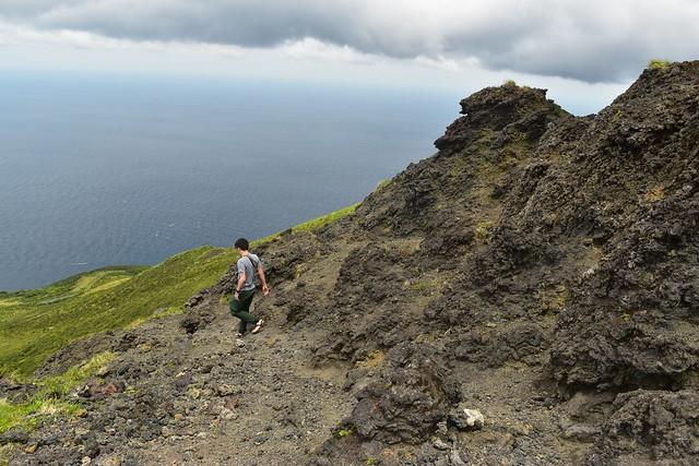 八丈富士登山・岩の稜線
