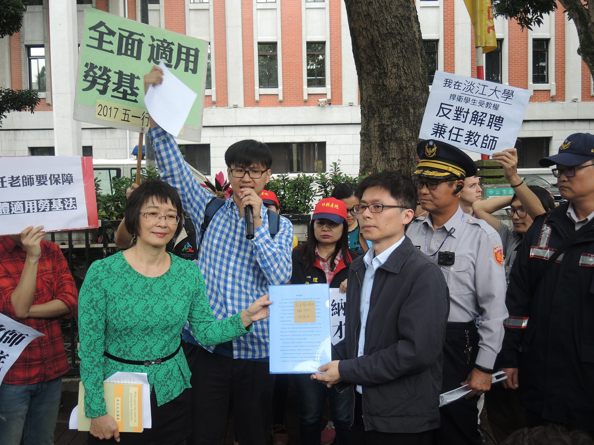 教育部高教司科長吳志偉出面接受陳情,並表示會盡速了解淡江個案。(攝影:曾福全)