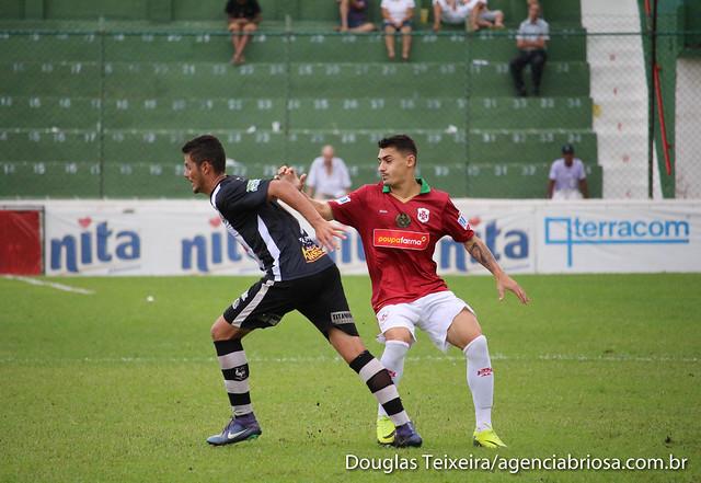 Éric Mamer (à direita), atacante da Portuguesa Santista, em disputa de bola com o jogador do Independente de Limeira, em partida que a Briosa venceu o galo por 3 a 0, válido pela primeira fase do Paulistão A3 de 2017