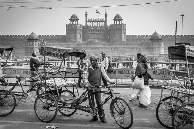 Red Fort behind a rickshaw driver, Old Delhi, India オールド・デリー レッド・フォート(ラール・キラー)を背にしたリキシャードライバー