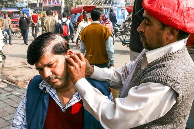 Street earpick stand in Chandni Chowk, Old Delhi, India オールド・デリー チャンドニー・チョークの路上耳かき屋