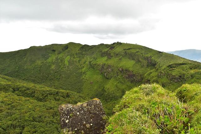八丈富士・断崖絶壁の火口