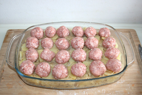 27 - Bratwurstbällchen auflegen / Put on meatballs